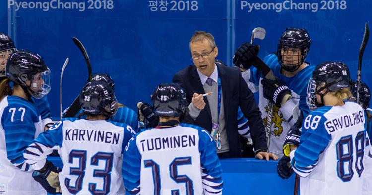 Naisleijonien päävalmentaja ei ikävöi miesten jääkiekkoa!